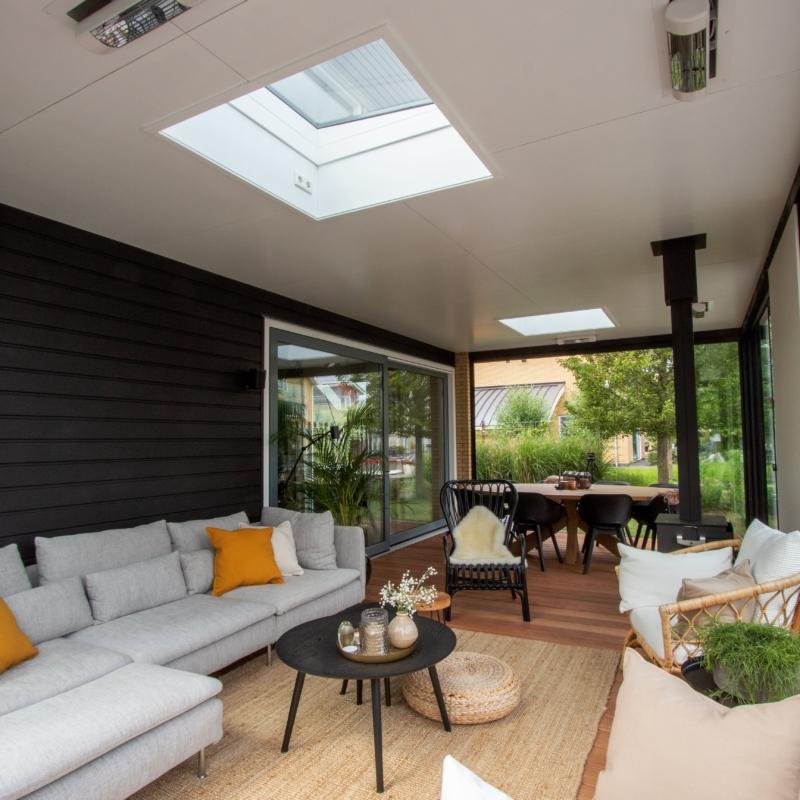 Lessenaar lichtstraten in moderne veranda te Leeuwarden