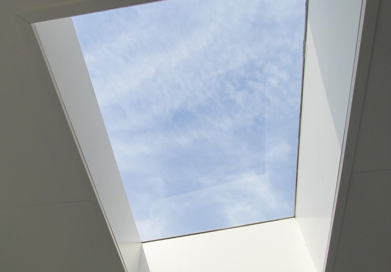 Lessenaar lichtstraten van dichtbij in een moderne veranda te Blaricum