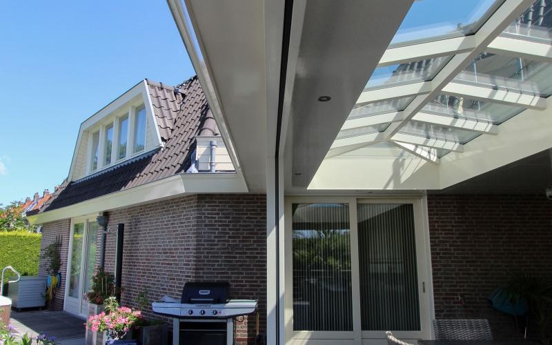 Schilddak in veranda te Zaandam